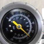空気入れのポンプヘッドを外す時の【ボン!】でタイヤの空気圧は下がるのか?